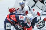 Duel Tipsport extraligy v ledním hokeji mezi HC Dynamo Pardubice (v bílém) a  HC Piráti Chomutov.
