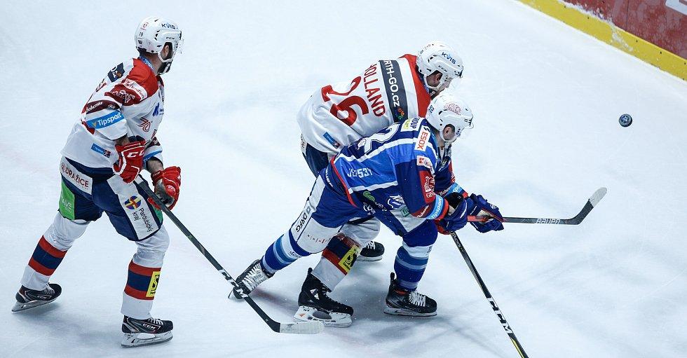 Hokejové utkání Tipsport extraligy v ledním hokeji mezi HC Dynamo Pardubice (v bíločerveném) a HC Kometa Brno (v modrém) v pardudubické enterie areně.