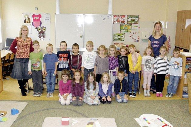 Žáci první třídy svýukou metodou montessori ze ZŠ Polabiny 1spaními učitelkami Lucií Mrázkovou a Monikou Duškovou.