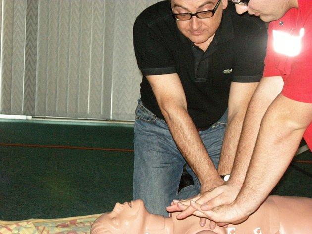 Roman Línek nacvičuje srdeční masáž