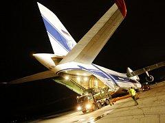 Noční vykládka materiálu z Afghánistánu z letounu Ruslan.