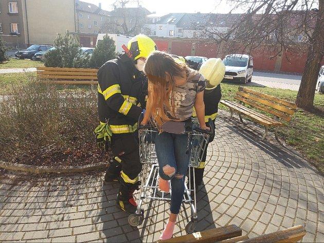 Dívka se zasekla vnákupním košíku, museli ji vystříhat hasiči.