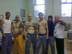 Krasavci za mřížemi. Z výkonu trestu si někteří vězni příliš hlavu nedělají a klidně z vězení zásobují sociální sítě.