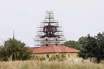 Svinčanský kostel dostává novou střechu