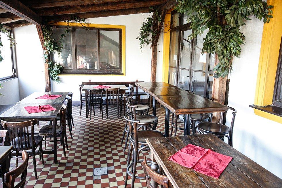 Kvůli šíření koronaviru a nařízení vlády jsou zavřené hospody a restaurace.