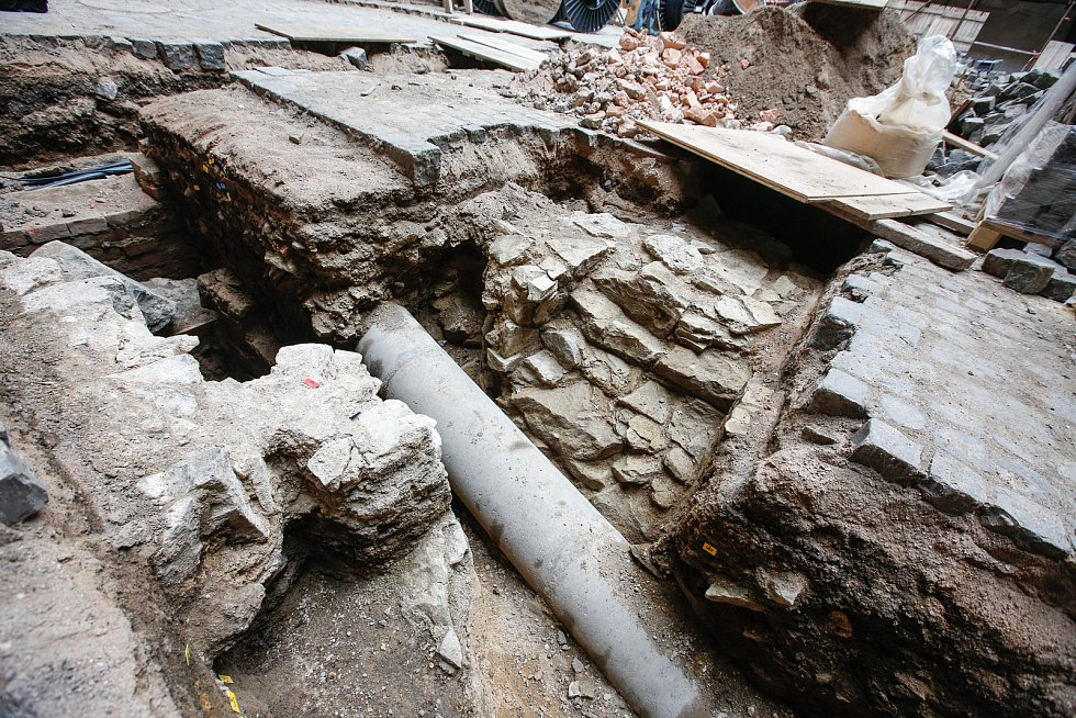 Archeologové Východočeského muzea našli během rekonstrukce mohutnou zeď z opuky - původní hrad ze 14. století!