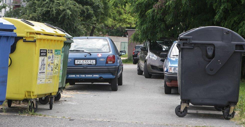 Řidiči na Višňovce využívají každý metr neplaceného parkování
