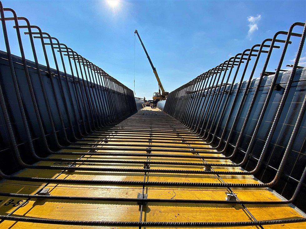 Vázání výztuže nosné konstrukce mostu SO 212. Zdroj: Strabag