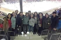 Zahraniční studenti pardubické univerzity přijali pozvání Deníku a v úterý vpodvečer zavítali do Tipsport areny na hokejový zápas domácích Pardubic a hostující Komety Brno.