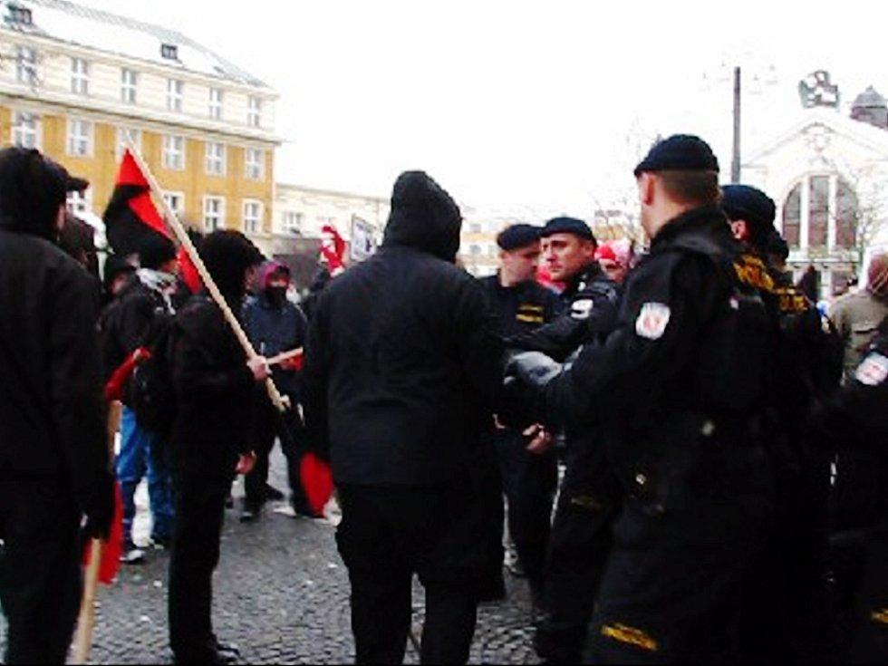 Anarchisté si vynutili policejní zásah.