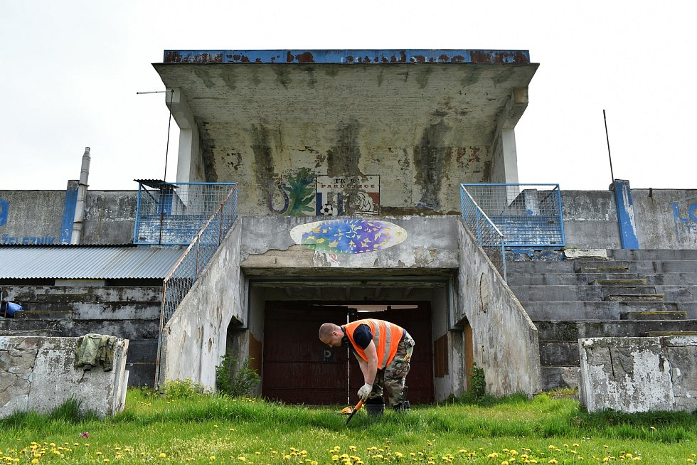 Letní stadion v Pardubicích ještě před zahájením rekonstrukce obsadili archeologové. Nalezené předměty vyprávějí příběhy spojené s koncem druhé světové války v Pardubicích.