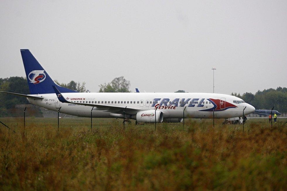 Při nezdařeném přistávacím manévru na pardubickém letišti skončil mimo dráhu Boeing 737–800 společnosti Travel Service.