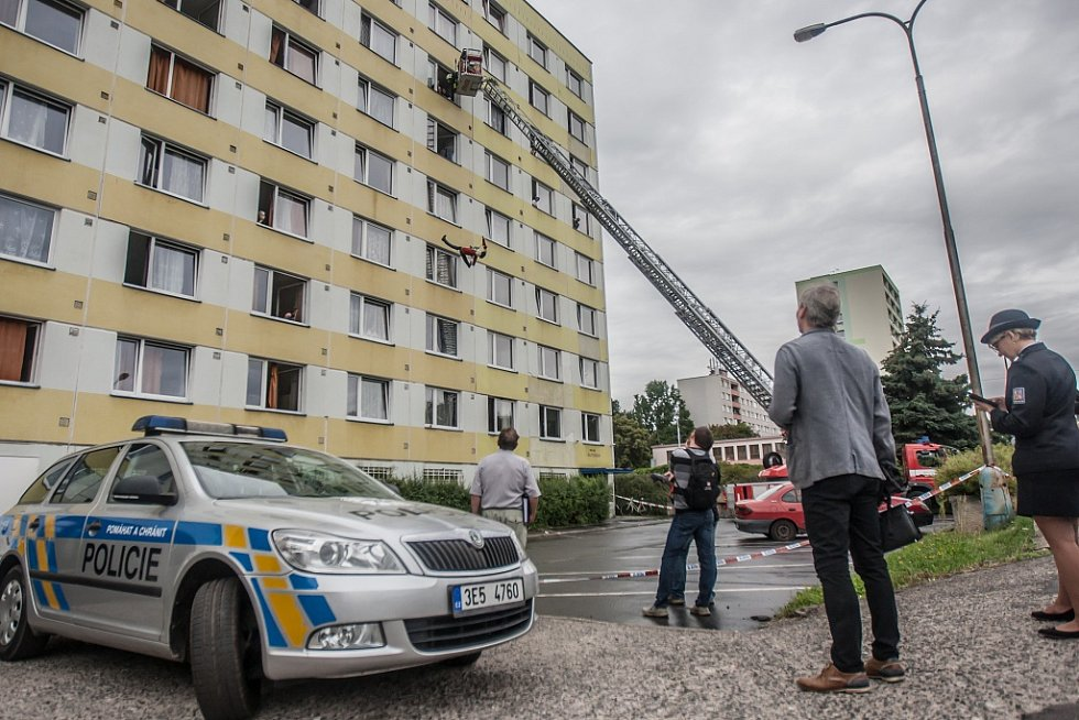 Rekonstrukce posledních okamžiků 45leté ženy. Z okna hotelu v 6. patře kriminalisté házeli figurínu, aby vyzkoušeli všechny možné verze.