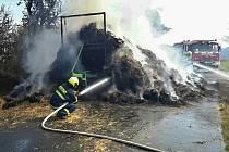 Náklad sena začal hořet za jízdy. Zasahovat museli hasiči.