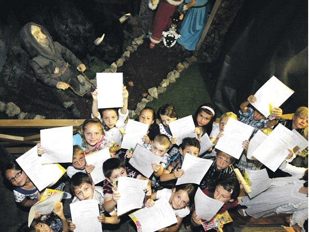 Žáci II.B ze Základní školy Závodu míru si přebírali vysvědčení na Zelené bráně.
