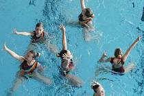 KRÁSA VE VODĚ. Synchronizované plavání bývá pastvou pro oči. Tento sport je k vidění také v Pardubicích. I když v letošním roce ne.