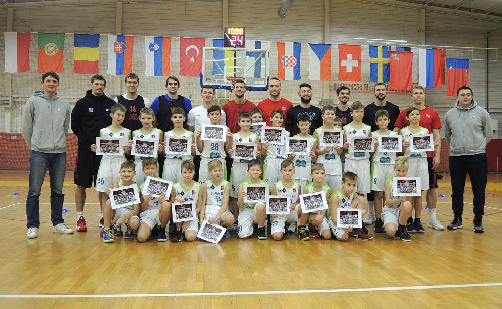 Společné foto basketbalistů ČR s dětmi Ljubni