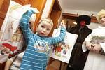 Svatý Mikuláš, anděl a čerti opět navštívili domácnosti, aby provedli kontrolu malých hříšníků...