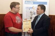 Titul Hospůdka roku Pardubického deníku si od šéfredaktora Tomáše Dvořáka přebral provozovatel restaurace Josef Raba (vlevo).