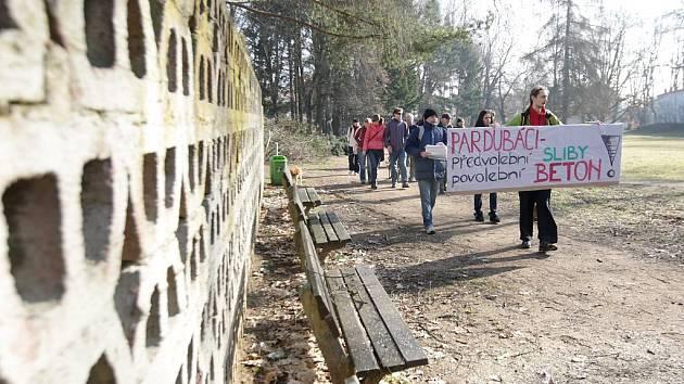 Aktivisté protestovali proti kácení v Tyršových sadech