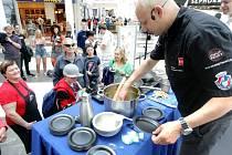 Kuchař Petr Koukolíček připravoval v pondělí v Paláci Pardubice exotická jídla.