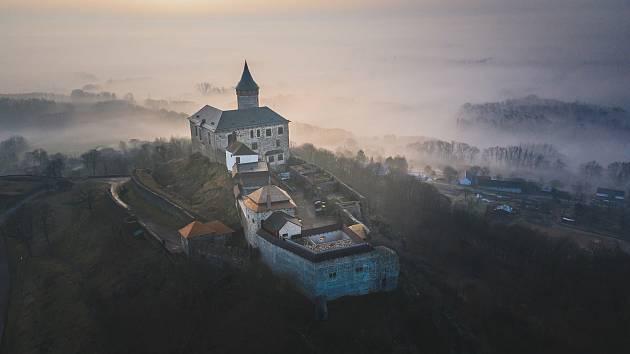 Dělníci dokončují první etapu velké rekonstrukce hradu Kunětická hora.