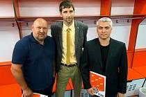 Trenér Dynama Ladislav Lubina, předseda představenstva Martin Sýkora a sportovní manažer Jaromír Kverka