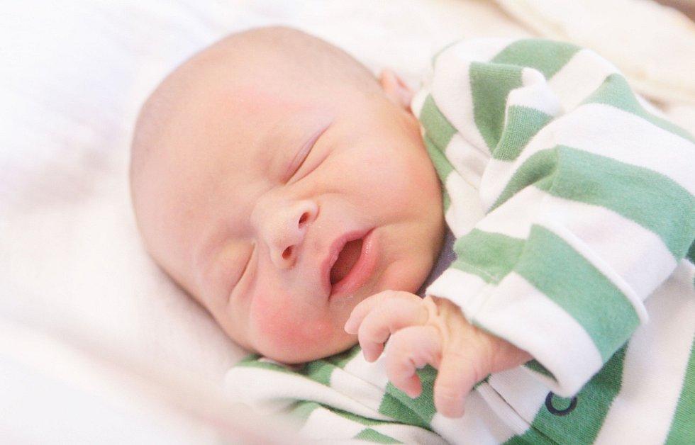 VOJTA POSLUŠNÝ se narodil 4. října v 5 hodin a 22 minut. Měřil 50 centimetrů a vážil 3380 gramů. Maminku Veroniku podpořil u porodu tatínek Martin. Doma ve Svítkově na nového sourozence čeká čtyřletá Nikol.