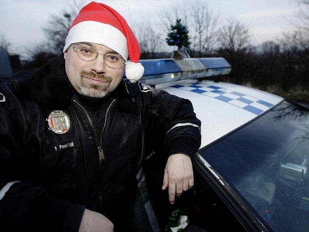 Štědrý den pojali strážníci v Bohdanči ve veselejším tónu. Rozdáváním bonbónů a to i místo pokut.