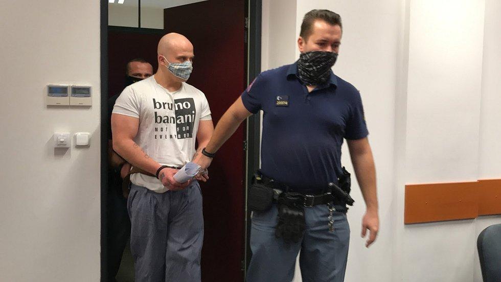 Muž vyhrožoval, že vyhodí dítě z okna a pobodá strážníky. Čeká na trest