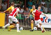 Utkání Fotbalové národní ligy mezi FK Pardubice (v červenobílém) a FK Baník Sokolov (ve žlutočerném) na hřišti pod Vinicí v Pardubicích.