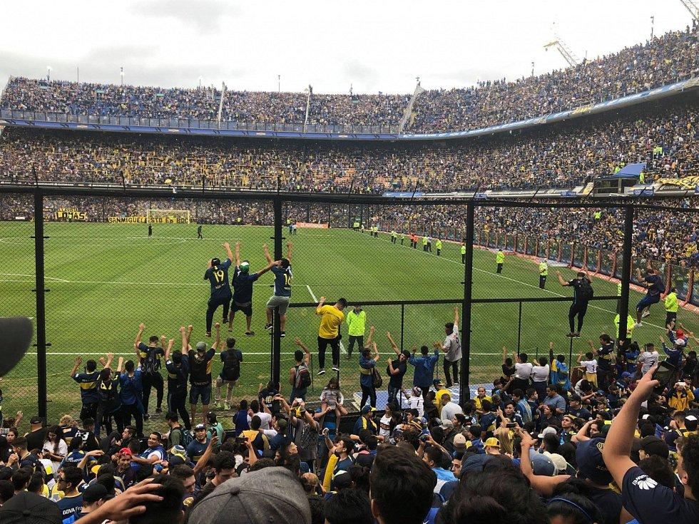 HLAVA NA HLAVĚ. Takhle to vypadalo na otevřeném tréninku argentinského klubu Boca Juniors. Na odvetné finále Poháru osvoboditelů je vyprovázelo přes padesát tisíc příznivců.