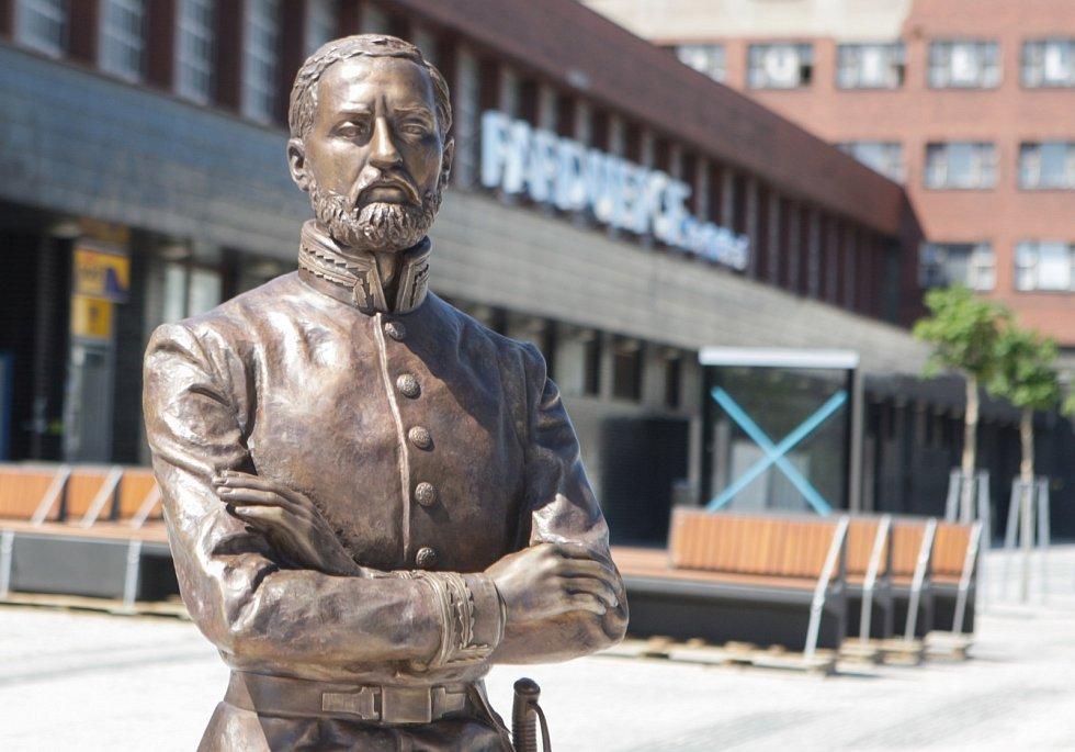 Na nádraží už dohlíží socha Jana Pernera.