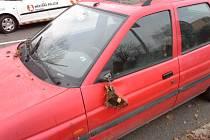 Poškozené vozidlo v Lidické ulici