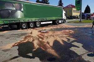 Ve Chvojenci na Pardubicku se střetl kamion s osobním autem. Na silnici vyteklo velké množství nafty.