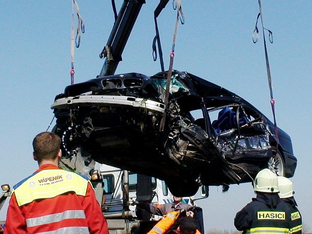 U Libišan se střetlo BMW s nákladním vozidlem. Řidič osobního BMW z Českobudějovicka náraz nepřežil.