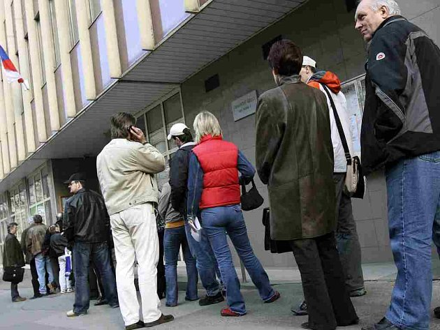 Před finančními úřady se nyní stojí dlouhé fronty - odevzdává se daňové přiznání