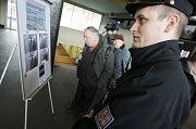 Pardubická policie pátrala po vrahovi z Moravan na místě, kde byl naposledy spatřen. Na pardubickém hlavním nádraží policisté vystavili podobenku muže ve snaze najít možné svědky.