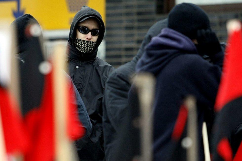 Anarchisté před nádražím