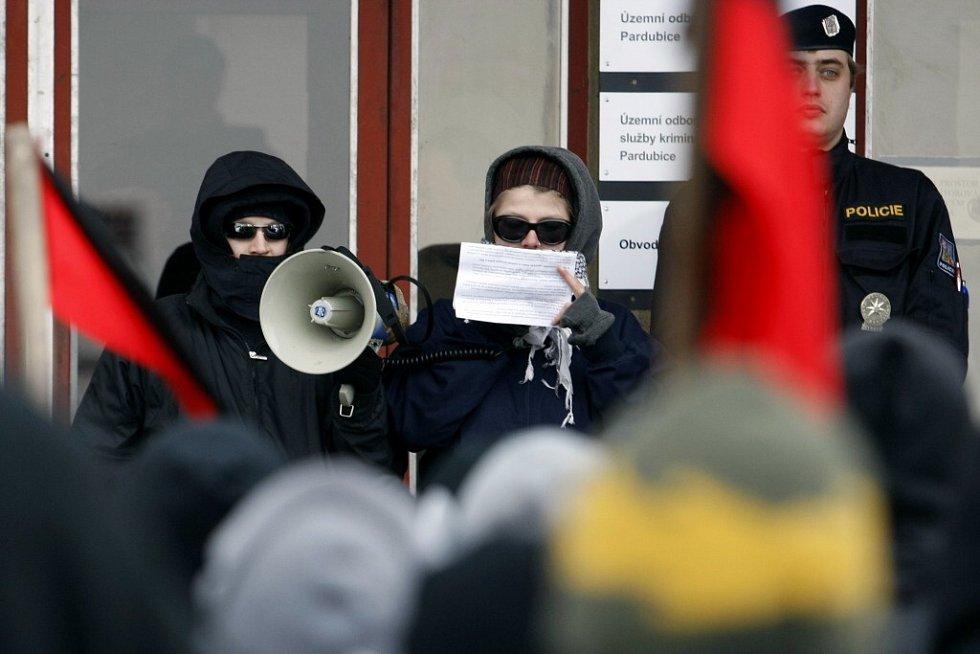 Projev řečníků byl přes obličej maskovaný arafatkou trochu tlumený