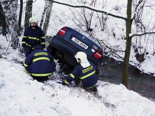 Auto po nehodě skončilo v potoce a muselo počkat na hasiče