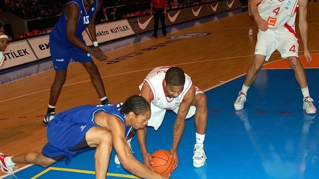 Basketbalový zápas mezi Nymburkem a Aténami, který se hrál v pardubické ČEZ Areně