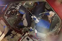 Hasiči museli rozřezat celý bok vozidla, aby krvácejícího řidiče dostali ven.