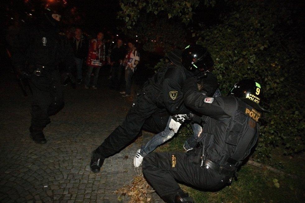 Policie přitvrdila až cestou na nádraží. Jeden Hradecký fanoušek se pokusil napadnout pardubického a vzápětí byl zpacifikován.