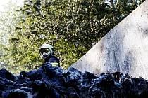 Náklad kamionu, převážejícího odpad, vzplál za jízdy u Černé za Bory. Na místě zasahovaly dva hasičské vozy