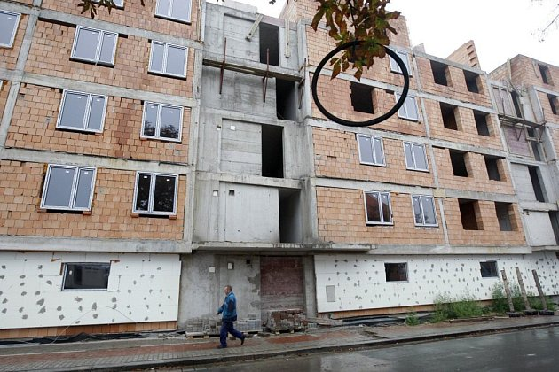 Dům v Milheimově ulici čeká na dostavbu, stejně tak majitelé bytů