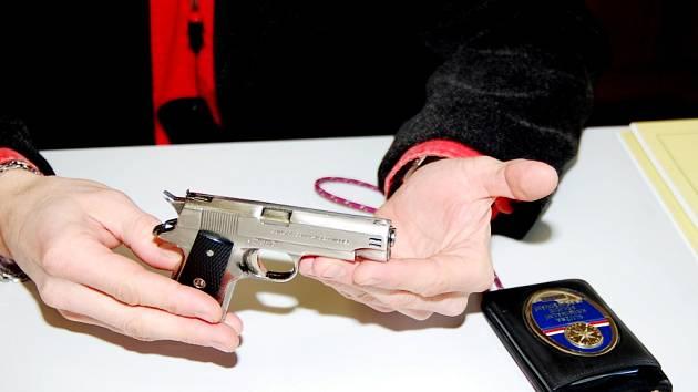Maketa pistole, kterou mladíci při svých přepadeních používali
