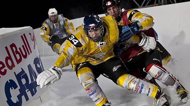 Ostré lokty. Sport, který vystupuje pod názvem ice cross downhill, rozhodně nejsou taneční. Na snímku pardubický borec Michael Urban předpisově  ukazuje, jak si lze odmítnout svého protivníka.