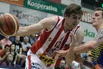Basketbalové utkání play off Kooperativy NBL mezi BK JIP Pardubice (v bíločerném) a SLUNETA Ústí nad Labem (v modrém) v pardubické hale na Dašické.