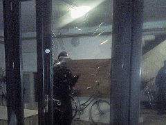 Neměl klíče, tak sklo ve dveřích vyrazil lahví od vína